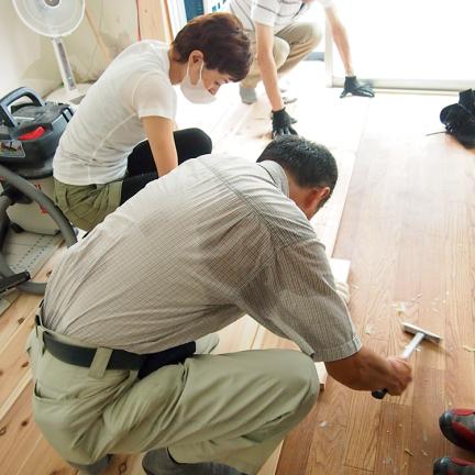 2 いったん組んで線を引き、はずして床を清掃、接着剤を塗布、再度組む_1