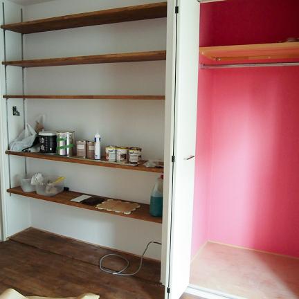 作業の合間に、先回壁塗りした部屋も見せていただきました