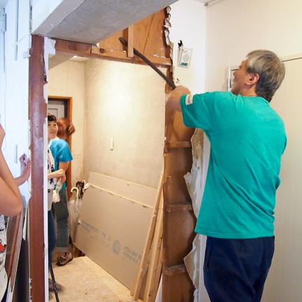 床張りの傍ら、壁の撤収などをバリバリ進めるオーナー