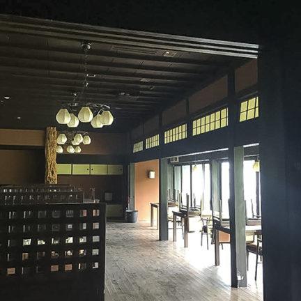 桑名の古民家_本館1階。イタヤカエデの床柱のある広間